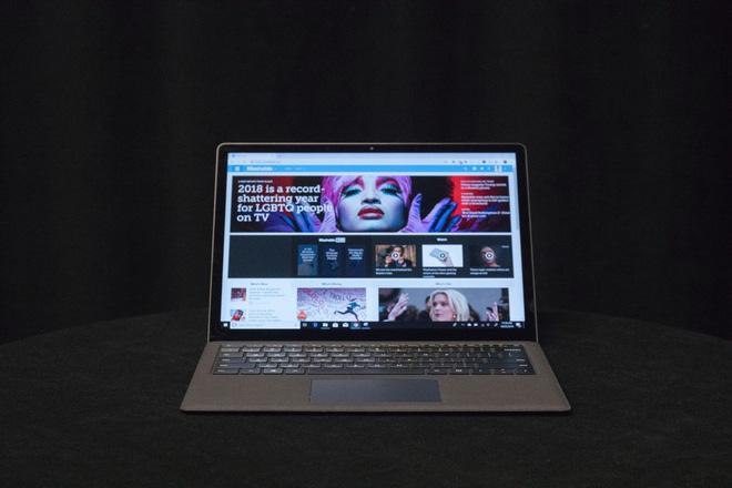 Surface Laptop có màn hình cảm ứng 13.5-inch, khá lớn và sáng