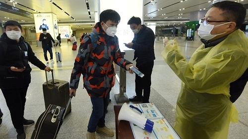 Người Trung Quốc phải xuất trình mã QR khi qua các trạm kiểm dịch. Ảnh: Aljazeera.