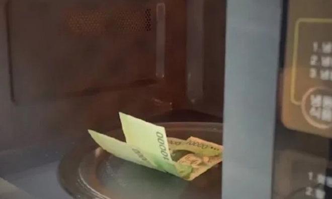 """Chuyện buồn thời Covid-19: Sợ tiền dính virus, người đàn ông Hàn Quốc """"quay"""" cháy 300 USD trong lò vi sóng - Ảnh 1."""