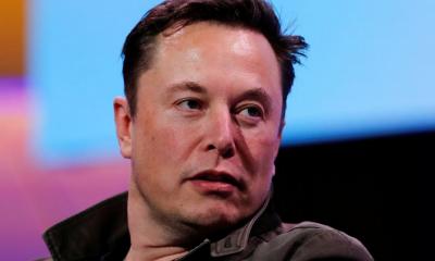 Elon Musk đang không hài lòng với iPhone dù là tín đồ của smartphone này. Ảnh: Reuters.