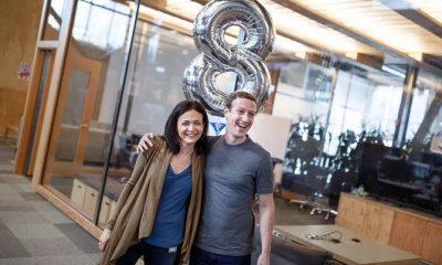 COO Sheryl Sandberg (trái) trong lễ kỷ niệm tám năm cộng tác cùng CEO Mark Zuckerberg (phải). Ảnh: Vox.