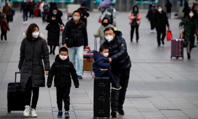 Hành khách đeo khẩu trang tại một nhà ga ở Bắc Kinh. Ảnh: AFP.